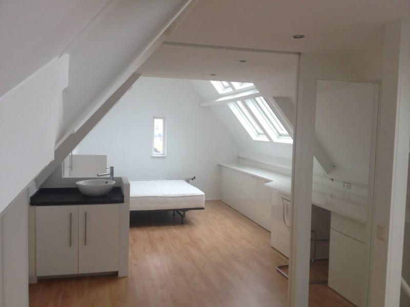 Kleine zolder ideeen zo maak je van de zolder een slaapkamer roomed kleine woonkamer inrichten - Inrichten van een kleine volwassene slaapkamer ...